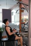 Азиатский китайский человек в человеке спорта ŒFitness ¼ ï спортзала поднимается в спортзал Стоковые Фото