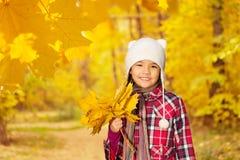 Азиатский конец девушки вверх по взгляду с пуком листьев Стоковые Изображения RF