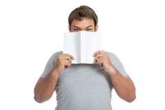 Азиатский конец человека его рот с взглядом книги на камере Стоковые Фото