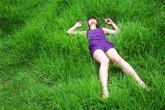азиатский красивейший вниз лежать девушки Стоковые Изображения RF