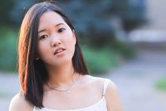 Азиатский красивый портрет девушки смотря камеру Стоковая Фотография