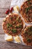 Азиатский крупный план lahmacun пиццы на таблице Вертикальное взгляд сверху Стоковое Фото