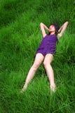 азиатский лежать травы девушки Стоковые Изображения RF
