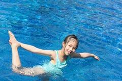 азиатский малыш играя заплывание бассеина Стоковые Изображения