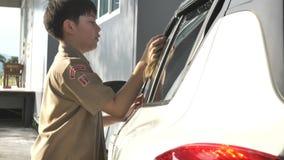 Азиатский мальчик в автомобиле разведчиков мальчика равномерном моя дома, разведчики мальчика Таиланда помогая вашей семье дома сток-видео