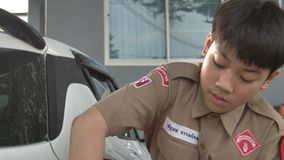 Азиатский мальчик в автомобиле разведчиков мальчика равномерном моя дома, разведчики мальчика Таиланда помогая вашей семье дома акции видеоматериалы