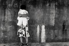 Азиатский мальчик унылый и выкрик в парке, черно-белый тон Стоковые Фотографии RF