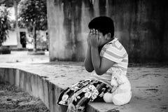 Азиатский мальчик унылый и выкрик в парке, черно-белый тон Стоковые Изображения