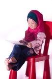 Азиатский малыш девушки используя таблетку с изолированной предпосылкой Стоковое Изображение RF