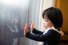 Азиатский малыш играя с отражением Стоковая Фотография