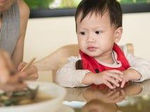 Азиатский малыш учит съесть еду себя Стоковое Изображение RF