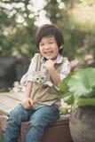 Азиатский мальчик держа американского котенка коротких волос Стоковое Изображение