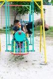 Азиатский мальчик играет спортивную площадку на запачканной деревне backgroud дерева смешного Стоковое Изображение RF