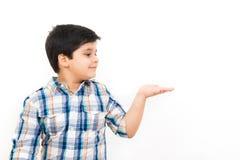 Азиатский мальчик смотря пустую открытую руку ладони стоковые фото