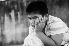 Азиатский мальчик унылый самостоятельно в парке Стоковая Фотография