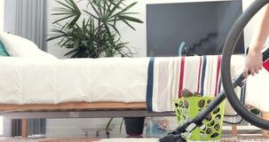 Азиатский милый мальчик делая ваши домашнее хозяйство шланга, домоустройство, и концепцию домочадца видеоматериал