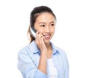 Азиатский мобильный телефон беседы молодой женщины Стоковая Фотография
