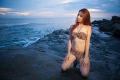Азиатский модельный представлять на заходе солнца Стоковое фото RF