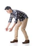 Азиатский молодой парень носит или принимает что-то стоковая фотография rf