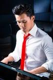 Азиатский мужской пианист играя рояль в студии звукозаписи Стоковое Фото