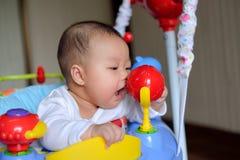 Азиатский младенец девушки играя игрушку шлямбура стоковые фото