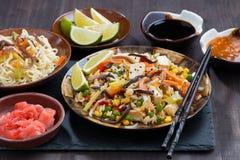 Азиатский обед - жареный рис с тофу и овощами стоковые изображения rf
