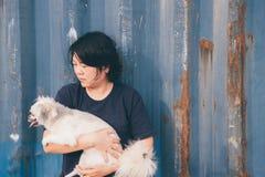 Азиатский обнимать женщины и собаки счастливый с контейнером Стоковые Фотографии RF