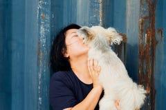 Азиатский обнимать женщины и собаки счастливый с контейнером Стоковая Фотография