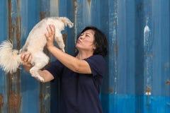 Азиатский обнимать женщины и собаки счастливый с контейнером Стоковое фото RF