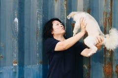 Азиатский обнимать женщины и собаки счастливый с контейнером Стоковые Изображения RF