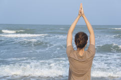 Азиатский образ жизни захода солнца пляжа йоги девушки Стоковое фото RF
