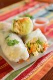 Азиатский овощ свертывает в рисовой бумаге с пряным соусом для dippin стоковые фотографии rf