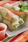 Азиатский овощ свертывает в рисовой бумаге с пряным соусом для dippin стоковая фотография rf