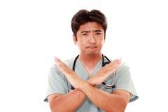 Азиатский доктор показывает знак запрета Стоковые Изображения