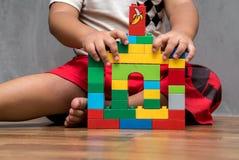 Азиатский дом здания мальчика ребенк Стоковое Изображение RF