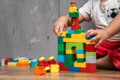 Азиатский дом здания мальчика ребенк Стоковые Фотографии RF