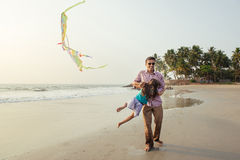 Азиатский отец играя с его дочерью стоковое изображение