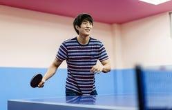 Азиатский парень играя настольный теннис стоковая фотография