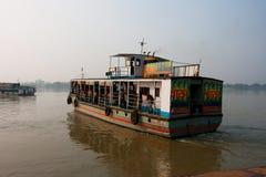 Азиатский паром реки плавал от пристани на вечере Стоковая Фотография