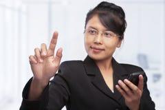 азиатский перст коммерсантки ее указывая подсказка Стоковое Фото