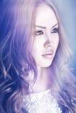 Азиатский портрет девушки, красные длинные волосы, наблюдает коричневый цвет, губы, Стоковое Изображение