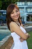 Азиатский портрет женщины усмехаясь outdoors на саде Стоковые Фото
