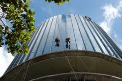 Азиатский подъем на здании, опасная работа работника Стоковое фото RF