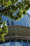 Азиатский подъем на здании, опасная работа работника Стоковая Фотография RF