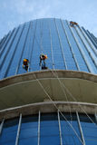 Азиатский подъем на здании, опасная работа работника Стоковое Изображение