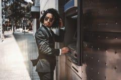 Азиатский предприниматель человека используя банкомат стоковое изображение rf