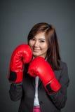 Азиатский предохранитель коммерсантки с перчаткой бокса Стоковые Изображения RF