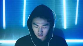 Азиатский программист парня создает новую программу сток-видео
