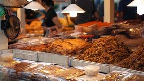 Азиатский продовольственный рынок ночи, замедленное движение Большие блюда с разнообразие традиционными едами положены вне на сто видеоматериал