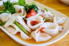 Азиатский пряный салат кальмара на белой плите Стоковое Фото